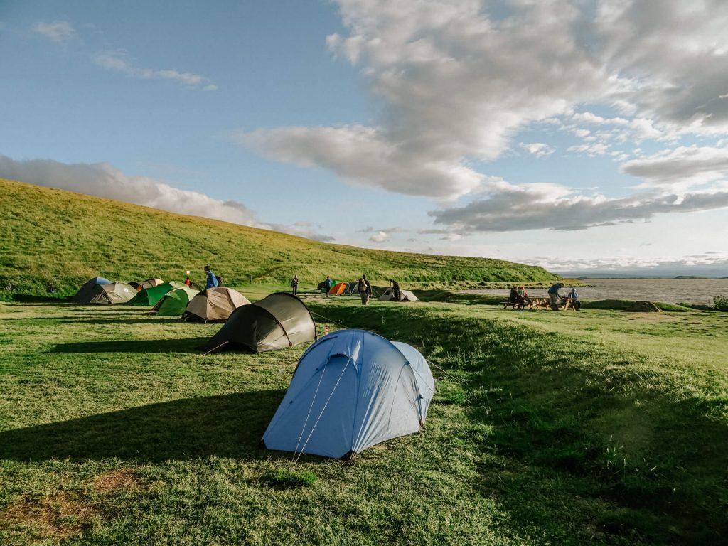 Der Campingplatz direkt am größten See Islands, mit Blick auf das Wasser im Sonnenuntergang.