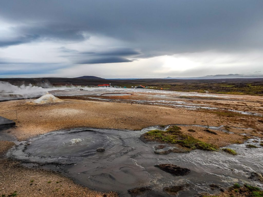 Der Campingplatz im Hochland Islands. Im Vordergrund sind die heißen Quellen und im Hintergrund der Campingplatz zu sehen.