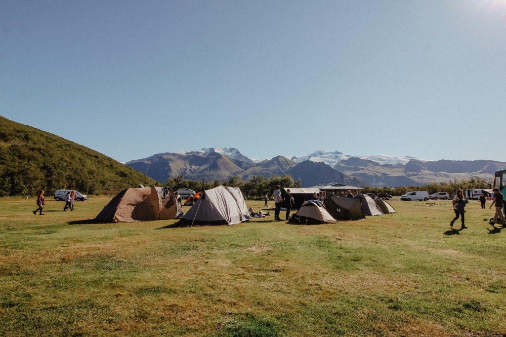 Der Campingplatz vor der Bergkette mit dem höchsten Berg Islands.